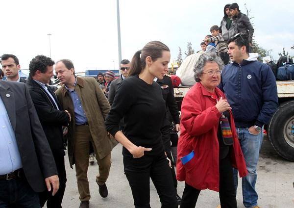Η πρέσβειρα καλής θέλησης της Ύπατης Αρμοστείας του ΟΗΕ, Αντζελίνα Τζολί επισκέπτεται χώρο υποδοχής προσφύγων και μεταναστών στον Πειραιά, Τετάρτη 16 Μαρτίου 2016. ΑΠΕ-ΜΠΕ/ΑΠΕ-ΜΠΕ/ΠΑΝΤΕΛΗΣ ΣΑΪΤΑΣ
