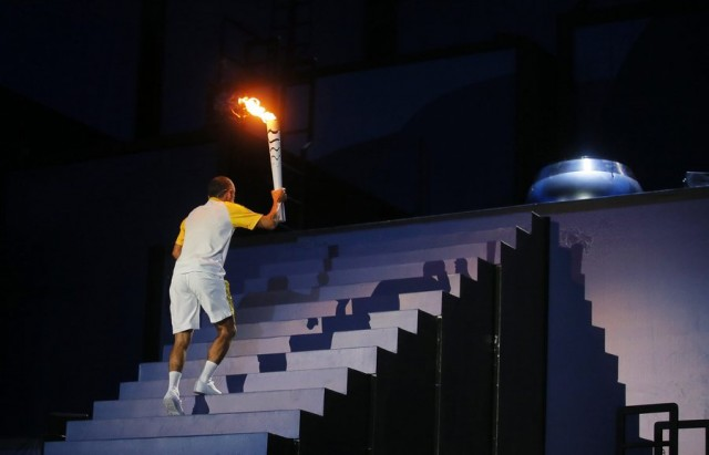 epa05457860 Vanderlei Cordeiro de Lima climbs the steps to light the Olympic Flame during the Opening Ceremony of the Rio 2016 Olympic Games at the Maracana Stadium in Rio de Janeiro, Brazil, 05 August 2016.  EPA/SERGEI ILNITSKY