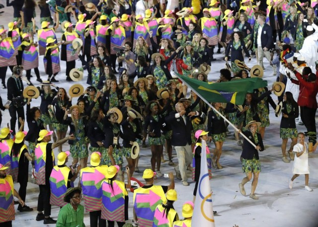 epa05457886 Brazil's flagbearer Marcia Yane Marques leads the Brazilian delegation during the Opening Ceremony of the Rio 2016 Olympic Games at the Maracana Stadium in Rio de Janeiro, Brazil, 05 August 2016.  EPA/VALDRIN XHEMAJ