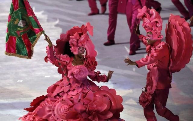 epa05457908 Members of a Samba school enter the stadium during the Opening Ceremony of the Rio 2016 Olympic Games at the Maracana Stadium in Rio de Janeiro, Brazil, 05 August 2016.  EPA/VALDRIN XHEMAJ