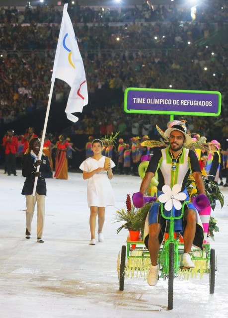 epa05457679 Flag bearer Rose Nathike Lokonyen (L) of the Refugee Olympic Team leads her delegation into the Maracana Stadium during the Opening Ceremony of the Rio 2016 Olympic Games in Rio de Janeiro, Brazil, 05 August 2016.  EPA/SERGEI ILNITSKY