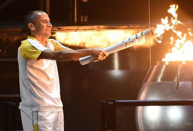 epa05457956 Former Brazilian athlete Vanderlei Cordeiro de Lima lights the Olympic Flame during the Opening Ceremony of the Rio 2016 Olympic Games at the Maracana Stadium in Rio de Janeiro, Brazil, 05 August 2016.  EPA/ZSOLT CZEGLEDI   HUNGARY OUT