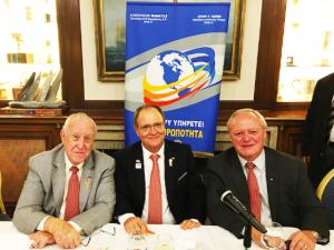 Από αριστερά ο Πρόεδρος του Διεθνούς Ρόταρυ Τζων Τζερμ, ο κος Απόστολος Μαμάτας, Διοικητής 2470 Περιφέρειας Δ.Ρ και ο ο θεματοφύλακας του Ροτοριανού Ιδρύματος Μπρυν Στάιλς.